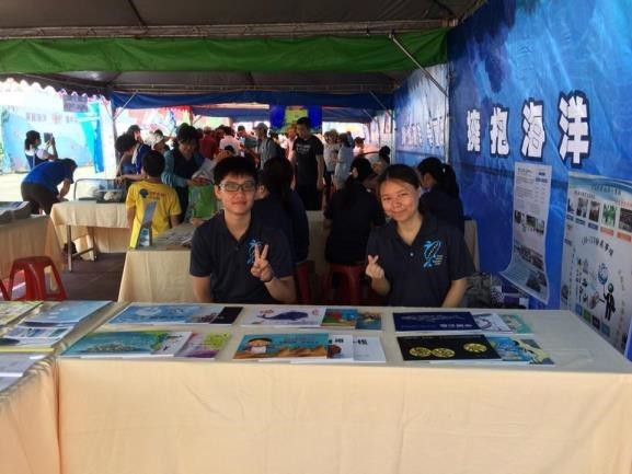 Display of popular marine science picture books and marine education lesson plans